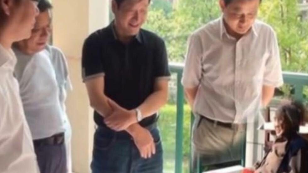 HVOR ER BEINA? ... Og hvorfor er den eldre kvinnen så liten i forhold til de besøkende politikerne? Dette er ett av bildene vise-borgermesteren i Øst-Kina la ut på byens hjemmesider. Skjermdump: Youtube