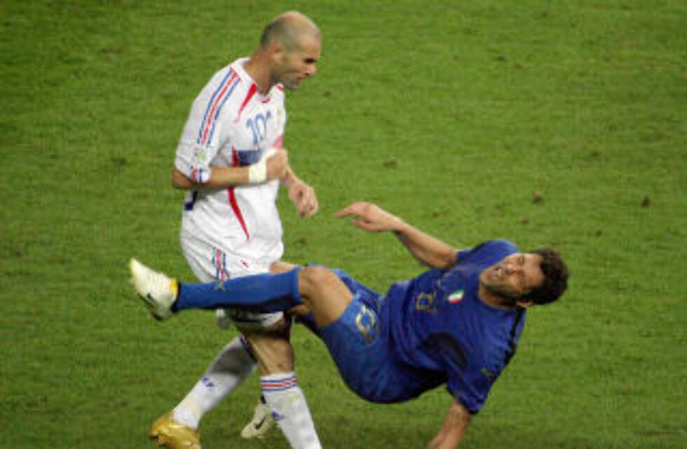 ORIGINALEN: Zidane sender Materazzi i bakken under VM-finalen i Berling. AFP PHOTO/John Macdougall/NTB Scanpix