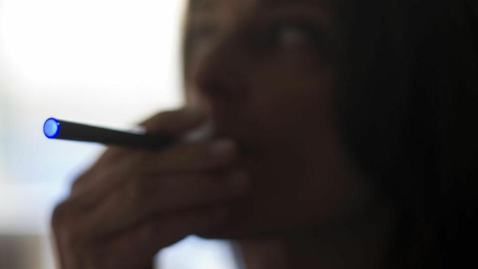E-SIG: Debatten om forbudet mot nikotinholdige e-sigaretter har skutt fart denne uka. Frp mener den kan være et godt virkemiddel for å få folk til å slutte å røyke. Illustrsjonsbilde: NTB Scanpix