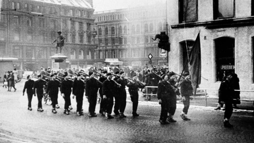 HIRDEN:  Her paraderer unghirden på Stortorvet i Oslo i mars 1942.  Foto: Scanix