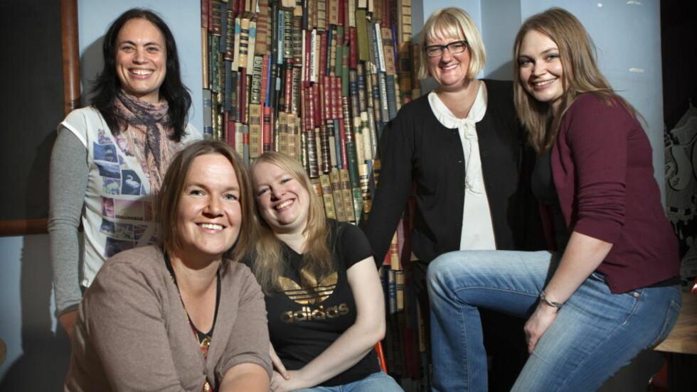 NORSKE BOKBLOGGERE: Norge har mange bokbloggere, deriblant disse fem, fotografert i forbindelse med den første samlingen for bokbloggere under Oslo Bokfestival i fjor. Fra venstre: Gro Skrøvset, Lise Forfang Grimnes, Elin Brend Bjørhei, Rose-Marie Christiansen, Line Tidemann. Foto: ANDERS GRØNNEBERG