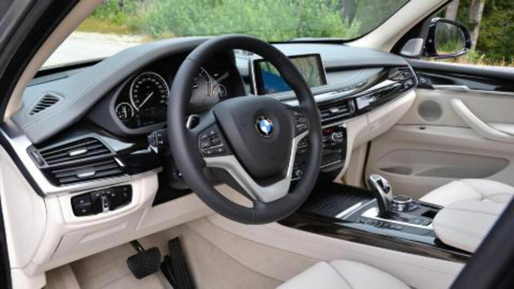 PÅ INNSIDEN: Interiørbilde fra BMW X5. Foto: BMW