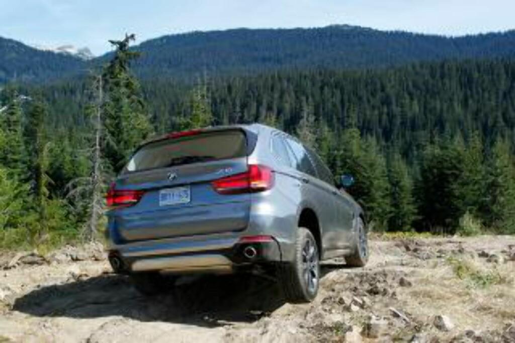 KOMMER FRAM: BMW er ikke Range Rover i terrenget, men med elektronikk får man til mye. Foto: BMW