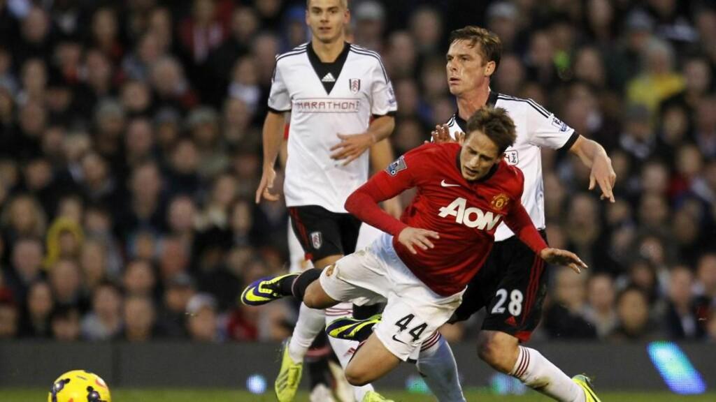 TØFF DAG:  Manchesters Uniteds stjerneskudd Adnan Januzaj fikk hard medfart i oppgjøret mot Fulham. Her i en duell med Scott Parker Foto: Ian Kington / AFP / NTB Scanpix