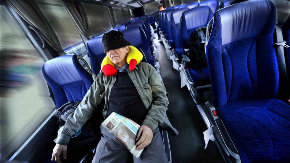 STÅR STILLE: Bussen sto stille da bildet ble tatt. Blur-filteret på vinduene får det til å se ut som om den er i fart. Foto: Erik Holand/Agderposten