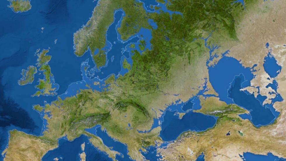 EUROPA: Slik kan Europa se ut hvis havet stiger med 65 meter. De lyseblå linjene er dagens kystlinje. Foto: Skjermdump / National Geographic.