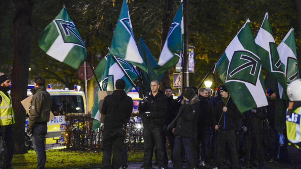 STØTTER: Den høyreekstreme organisasjonen Nordiska motståndsrörelsen demonstrerte lørdag i Stockholm til støtte for sine meningsfeller i det greske politiske partiet  Gyllent daggry. Foto: JESSICA GOW / TT / NTB scanpix
