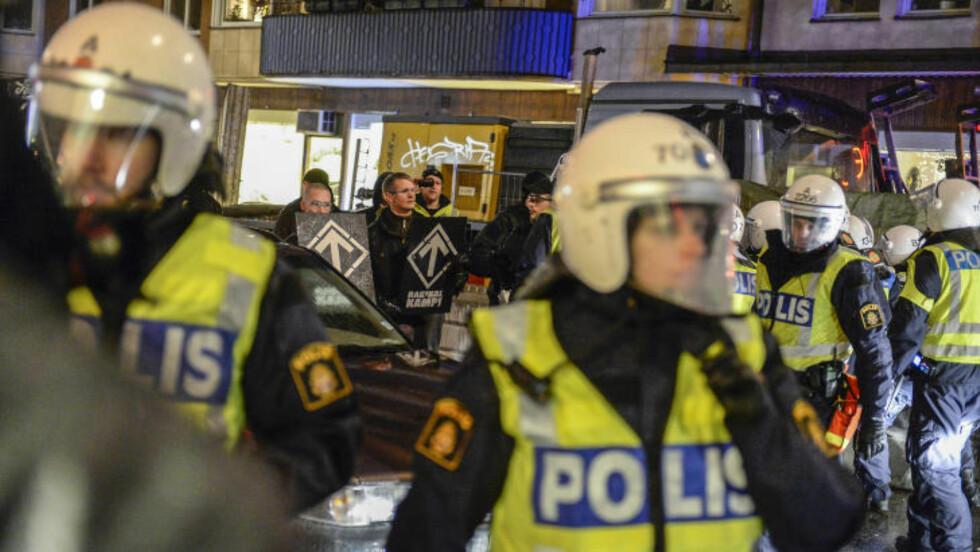 BEVÆPNET: Politiet var tallrikt til stede da den høyreekstreme organisasjonen Nordiska motståndsrörelsen lørdag demonstrerte i Stockholm til støtte for sine meningsfeller i det greske politiske partiet  Gyllent daggry. Foto: JESSICA GOW / TT / NTB scanpix