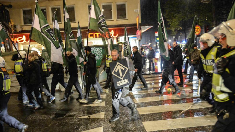 MARSJERTE I GATENE: Her demonstrerer den høyreekstreme organisasjonen Nordiska motståndsrörelsen i Stockholm sentrum. Foto: JESSICA GOW / TT / NTB scanpix
