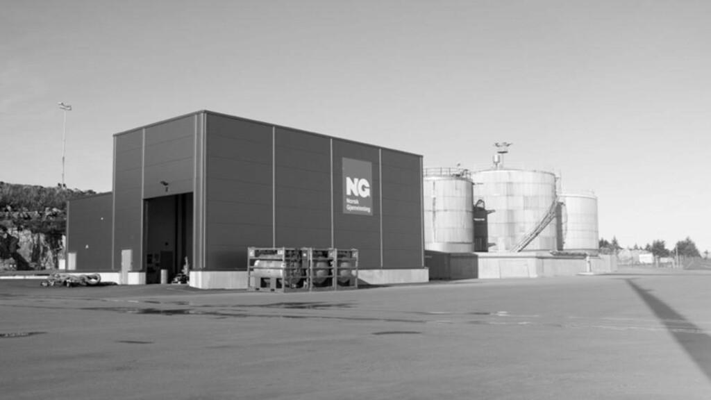FUNNET I CONTAINER:  I en container på hos Norsk gjenvinning på Mongstad fant ansatte en mistenkelig gjenstand. Politiets bombegruppe er på vei for å undersøke pakken. Foto: Norsk gjenvinning