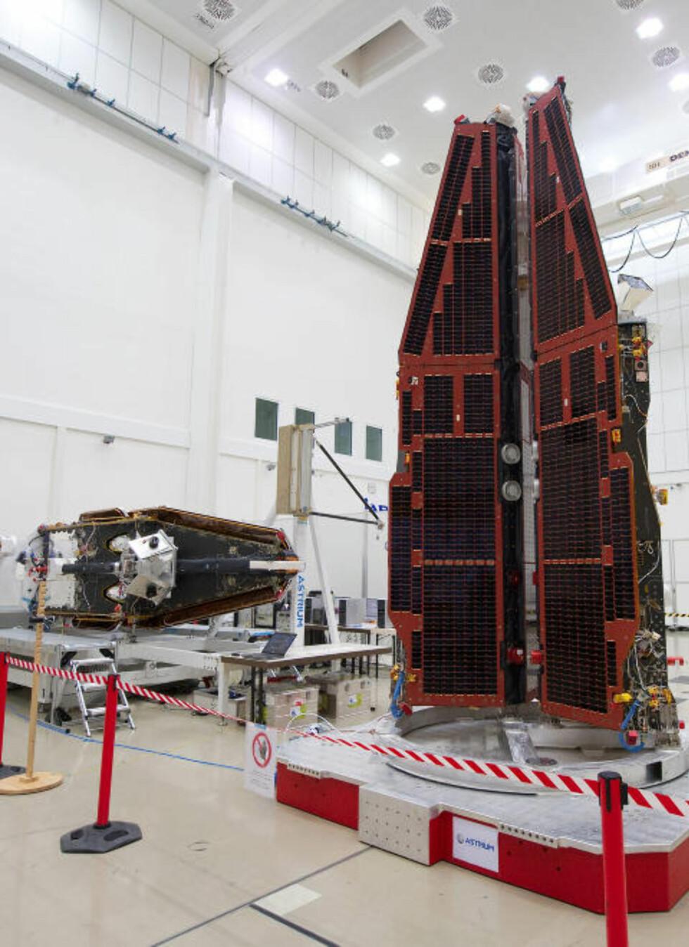 <strong>KLARE FOR OPPSKYTNING:</strong> De tre satellittene i Swarm står tett sammen i vertikal stilling for å omgis av bærerakettens skall før oppskyting. Foto: ESA/