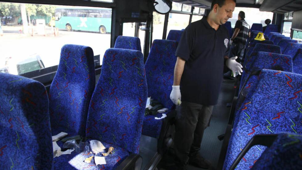 DREPT PÅ BUSSEN:  En israelsk politietterforsker på bussen der en 18 år gammel soldat ble stukket ned og drept  tidligere i dag. Den 16 år gamle plalestineren som stakk, har forklart at han angrep soldaten fordi slektninger sitter fengslet i Israel. FOTO: Avishag Shar-Yashuv, REUTERS/NTB Scanpix.