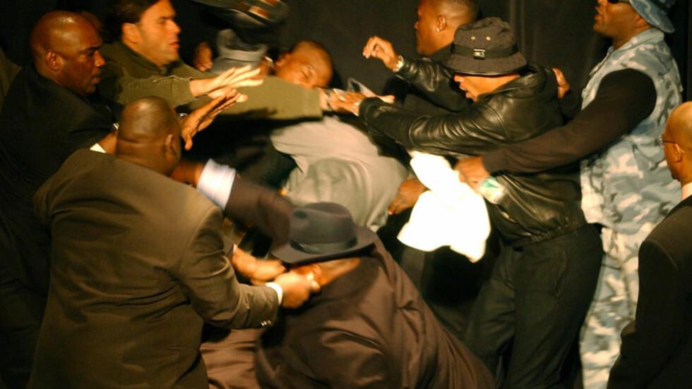 VILLE BARE SLÅ: Mike Tyson skriver i sin bok at han ikke klarte å holde seg da han så Lennox Lewis på scenen under pressekonferansen. Foto: AP Photo / Kathy Willens / NTB SCANPIX