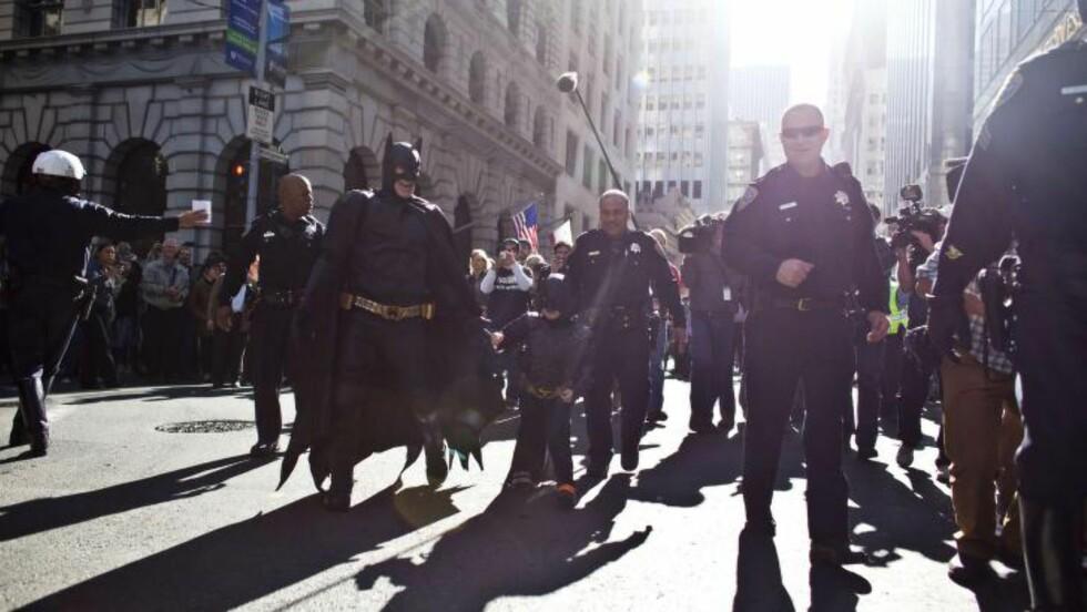 FIKK DRØMMEN OPPFYLT:  Politiet følger her 5 år gamle Miles, også kjent som «The Batkid», på en stolt seiersmasj etter han arresterte skurken «Gåten» i Los Angeles fredag. Organisasjonen Make-A-Wish forvandlet i dag byen til Gotham City for den kreftsyke gutten. Foto:  NTBScanpix/Ramin Talaie/Getty Images/AFP