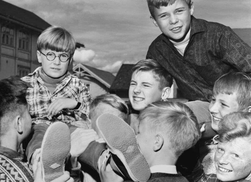 50 ÅR SIDEN:  Skuespiller Ole Enger «Stompa» er ny i Stompafilmen. Bildet er fra innspillingen av «Stompa & Co» i Skien i 1963. Til venstre Knut Eide med briller som spiller «Bodø». Foto: Aage Storløkken Aktuell / NTB SCANPIX