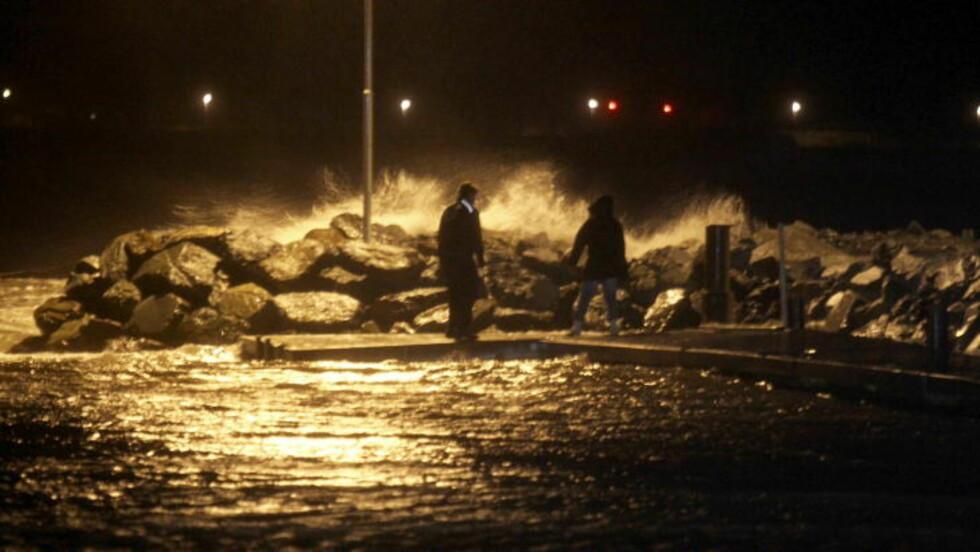 KRAFTIG VIND:  Sjøen slo lørdag kveld inn over havna i Stjørdal, og politiet og brannvesen stengte etter hvert av hele havneområdet. Foto: Tor Aage Hansen / NTB scanpix