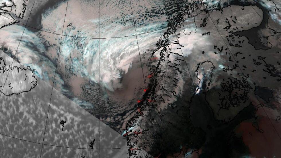 EKSTREMVÆR:  Dette satellittbildet  viser ekstremværet «Hilde» på vei inn mot Norge klokken 18 lørdag kveld. Foto: Meteorologisk institutt