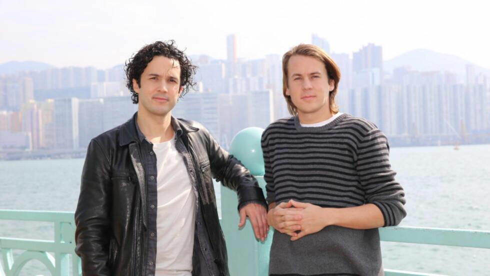 FRA ASIA TIL USA - IGJEN: Vegard og Bård Ylvisåker poserer foran skyskraperne i Hong Kong. Foto: Jonas Pettersen