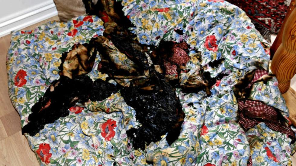 DYNA:  Dette er restene av dyna som sto i full fyr på soverommet.  Foto: Jacques Hvistendahl / Dagbladet