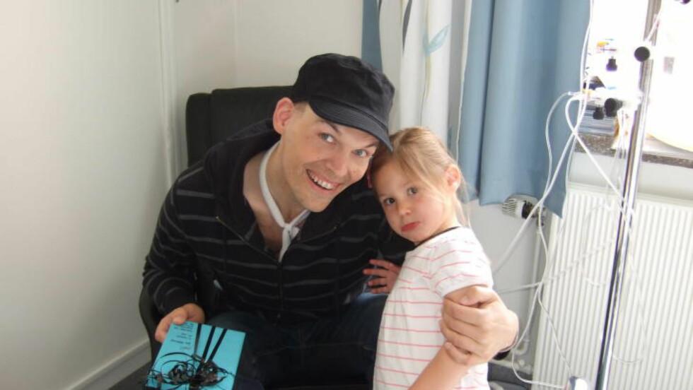 BLI FRISK: Ida hadde med selvtegnet bli-frisk-kort da hun besøkte pappa John på Ullevål sykehus i 2009. Foto: Privat