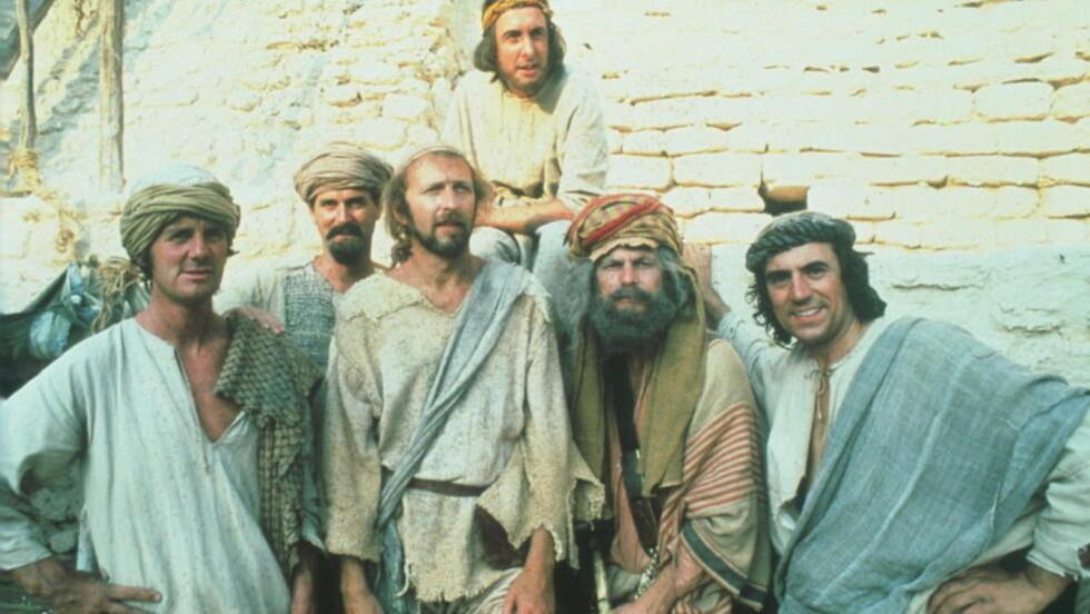BRITISKE HUMORKONGER: Monty Python gjør comeback til sommeren med fem forestillinger i London. Bildet er fra «Life of Brian» fra 1979. Bak: Eric Idle. Foran fra venstre: Michael Palin, John Cleese, Graham Chapman, Terry Gilliam og Terry Jones. Foto fra filmen
