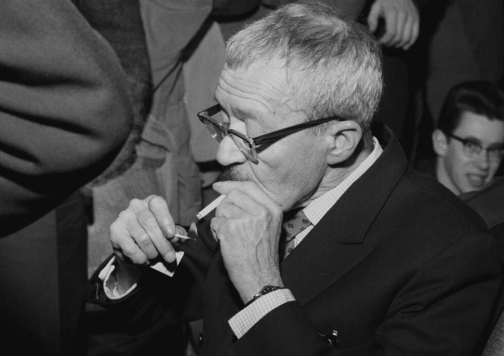 FORTSATT VANTRO: Arnulf Øverland er kommet med i salmeboka med et dikt han skrev i 1962. Her er han da han samme år holdt en revidert utgave av sitt omstridte foredrag «Kristendommen, den tiende landeplage» for kristne studenter. I 1933 ble Øverland tiltalt for blasfemi, men ble frikjent.                                    Foto: Aage Storløkken Aktuell / Scanpix