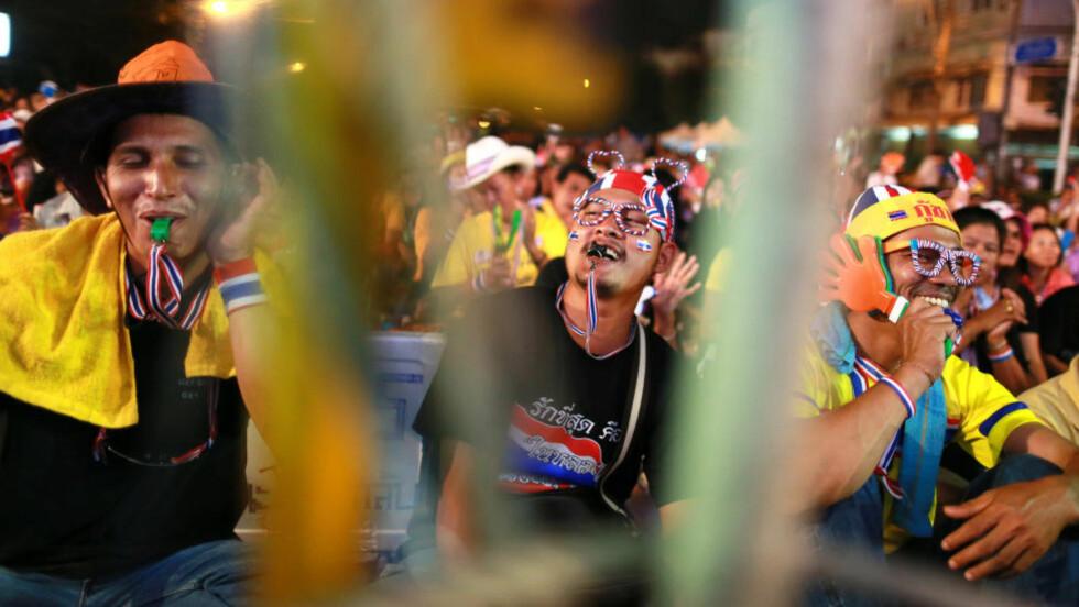 MERKVERDIG: De gule opposisjonelle i Thailand krever å få innført et diktatur i stedet for et folkevalgt styre. De er færre nå. Men lederen deres, Suthep Thaugsuban, utsteder nå surrealistiske ordre til den demokratisk valgte statsministeren og til politiet. Foto: AP / Scanpix / Wason Wanichakorn