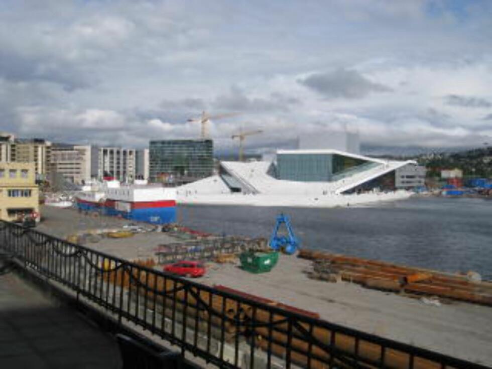 """BJØRVIKA 2008:  Operaen er blitt """"Innvik""""s nye nabo, og dermed steg også leieprisene på Oslo havn. FOTO: GEIR BØLSTAD/DAGBLADET."""