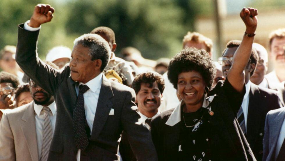 FRI ETTER 27 ÅR:  Nelson Mandela og hans daværende kone Winnie, går ut fra Victor Verster-fengselet i Paarl, nær Cape Town, i 1990. Foto:  AP / NTB Scanpix
