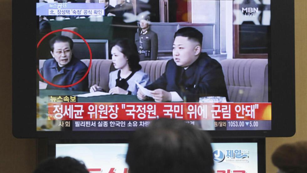 UTSVEVENDE OG FORDERVET: På en togstasjon i Seoul i Sør-Korea, følger folk med på nyhetssendingene som forteller at Jang Song Thaek, onkelen til den nordkoreanske lederen Kim Jong-un, er avsatt og straffeforfølges for en rekke mer eller mindre kriminelle handlinger. Han anklages for korrupsjon, narkotika-bruk og gambling, og anklagene inneholder også påstander om at Jang Song Thaek er en skjørtejeger som har levd et utsvevende og fordervet liv. Foto: Ahn Young-joon / AP