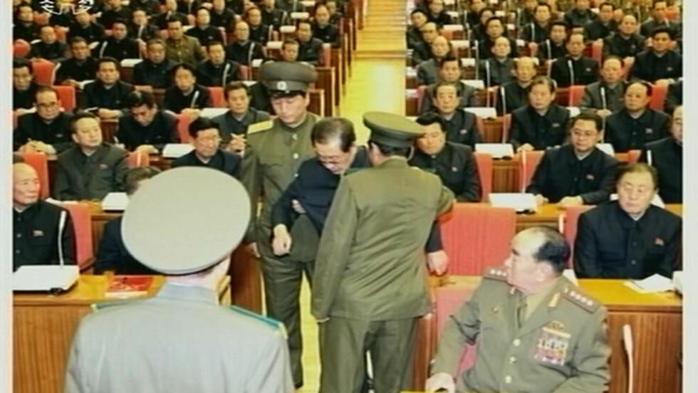 EN ROLLE I ET STALINISTISK TEATER: Jang Song Thaek arresteres på et sentralstyremøte i kommunistpartiet sist helg.  REUTERS / YONHAP / NTB SCANPIX
