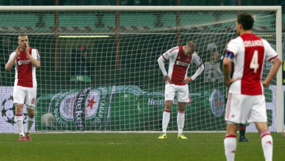 UTE AV CHAMPIONS LEAGUE:  Ajax-spillerne var en skuffet gjeng etter det tapte slaget. FOTO: NTB SCANPIX