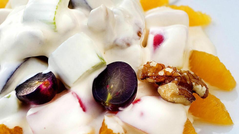 WALDORFSALAT: Hovedingrediensene i denne klassiske salaten er rå epleskiver, stangselleri og valnøtter. Den passer godt til røkt kjøtt, kalkun, and og kylling. Foto: METTE MØLLER