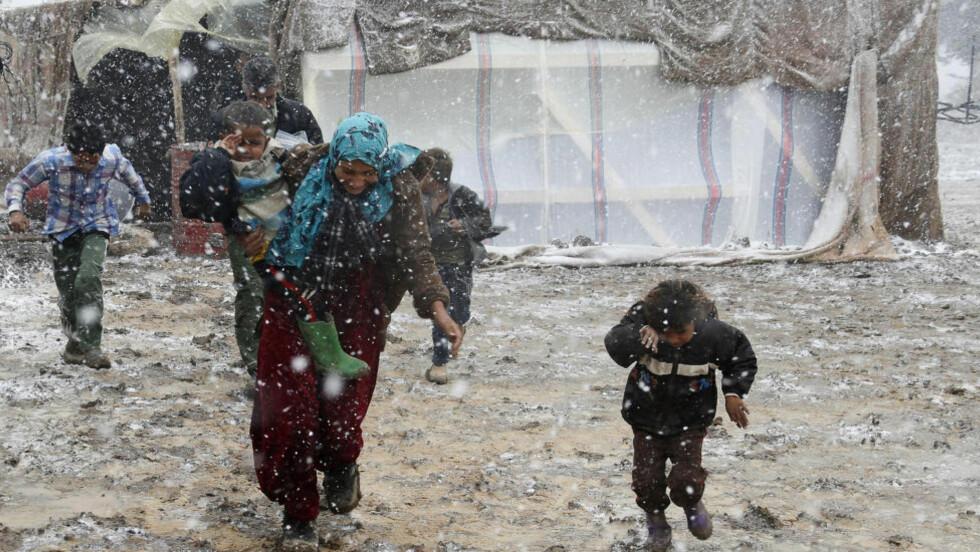HARDT RAMMET: Hundretusenvis av syriske flyktninger er nå hardt rammet av snøstormer, bitende vind og iskaldt regn, mens den verste vinterstormen på flere tiår har rammet Midtøsten, skriver den britiske avisa The Guardian. Foto: REUTERS/MOHAMED AZAKIR/NTB SCANPIX