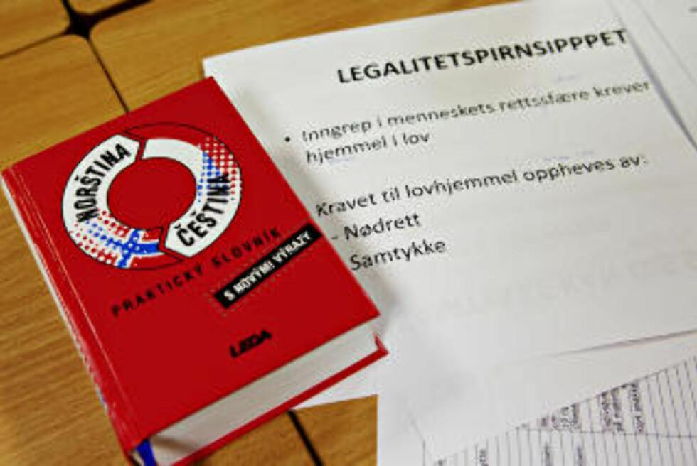 ORDBOK: Tsjekkisk-norsk-ordbok og helserettnotater.  Foto: Nina Hansen / Dagbladet