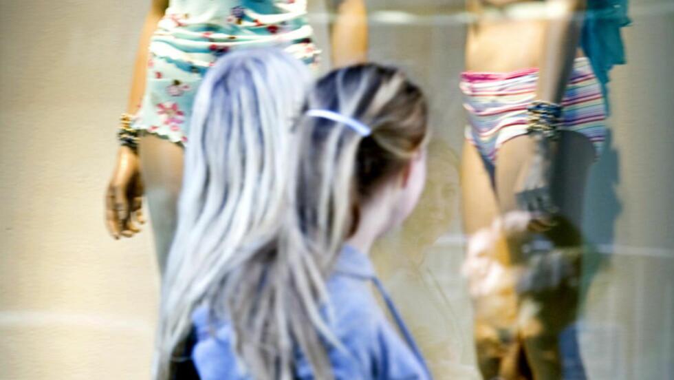 FOKUSERT: Tenåringsjentene i Sanna Sarromaas undersøkelse bruker mer tid foran speilet enn med lekser og lesing.  Foto: Bjørn Langsem