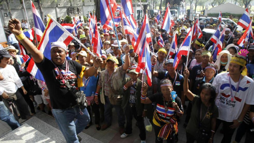 DELT: Thailand er delt i to, men ikke i like store deler. De gule, som her demonstrerer mot statsminister Yingluck Shinawatra, sier «vi er folket», men de er altså i mindretall blant velgerne i hvert eneste demokratiske valg. Foto: REUTERS / Scanpix / Chaiwat Subprasom