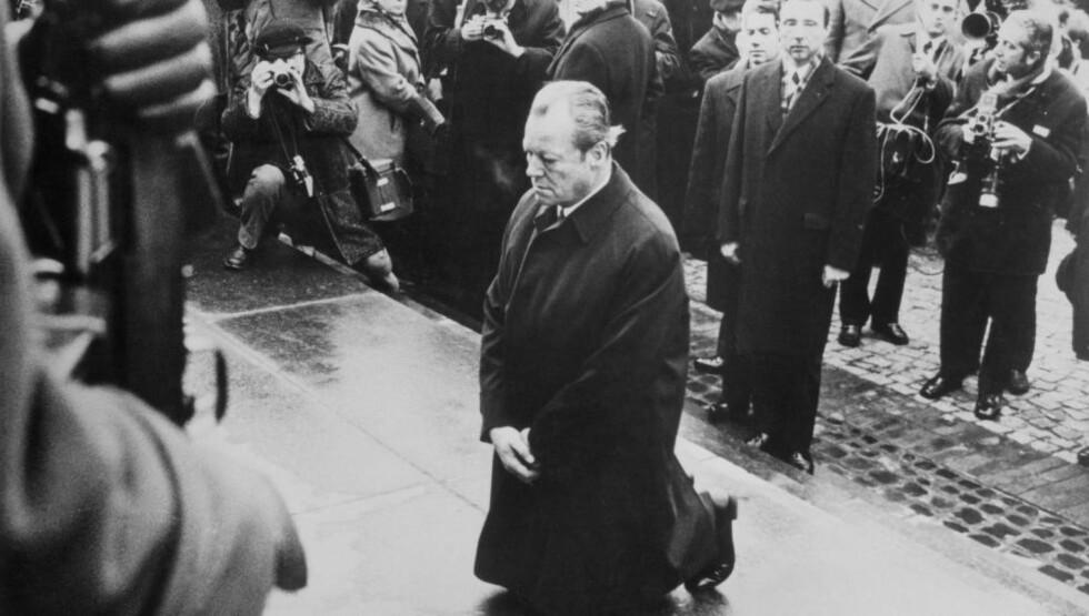 NY TILLIT: Dette er et av etterkrigstidas mest ikoniske bilder - Willy Brandt på kne ved krigsminnesmerket i Warszawas ghetto i 1970. Foto: Bettmann CORBIS / NTB Scanpix