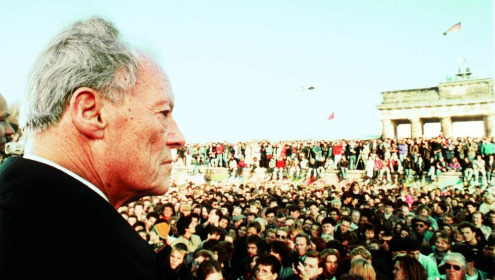 PÅVIRKET AV NORGE: Tankegodset og den politiske kultur Brandt møtte i Norge skulle han seinere bringe med seg tilbake til Tyskland. Bildet er tatt ved muren, i dagene etter murens fall av Dagbladets William Mikkelsen. I kveld feires Brandt på Nobelinstituttet og på Nobels Fredssenter.