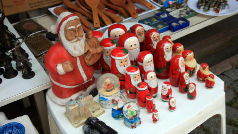 NISSELIG:  Hele året er det julestemning på salgsbordene rundt katedralen i den tyrkiske kystbyen Demre. Foto: EIVIND PEDERSEN