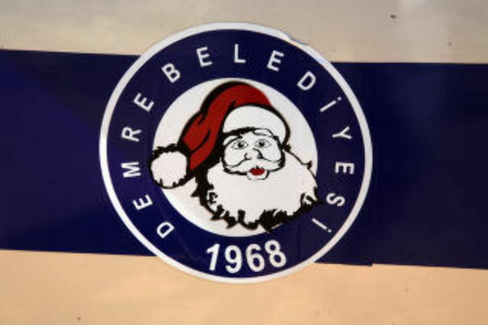 NISSELAND:  Selv de kommunale bilene i Demre lar julenissen pryde emblemet. Foto: EIVIND PEDERSEN
