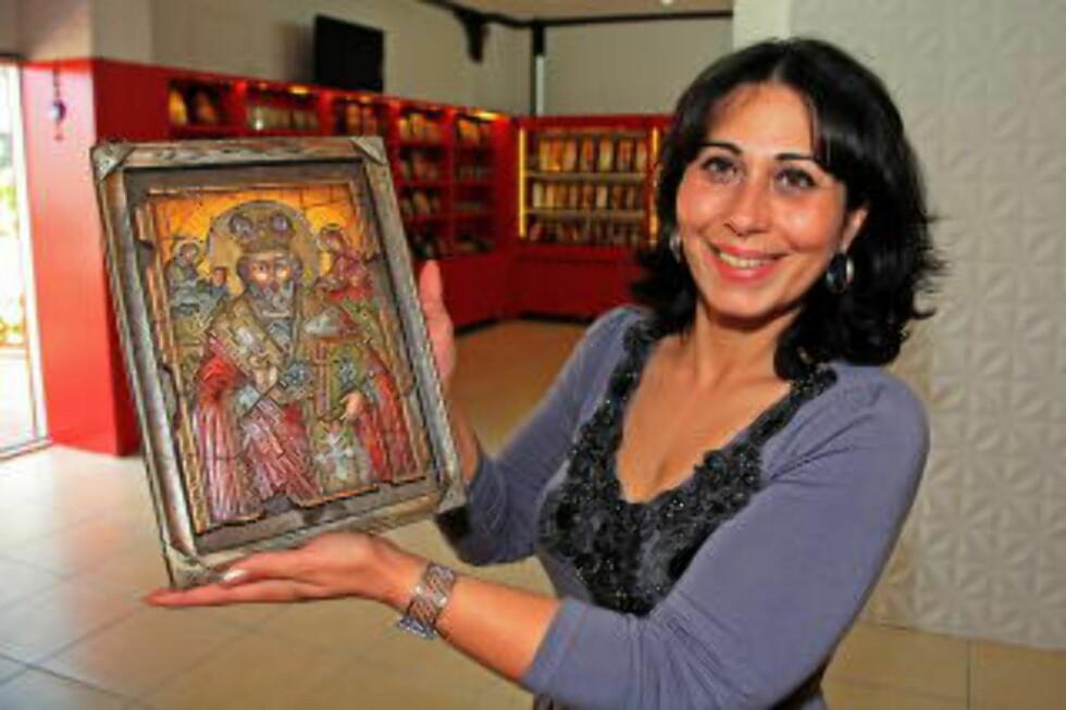 BILLEDVAKKER: Natia Malatsidze selger ikoner som pilegrimene kan ta med hjem som souvernirer. Dette er bestselgeren. Foto: EIVIND PEDERSEN