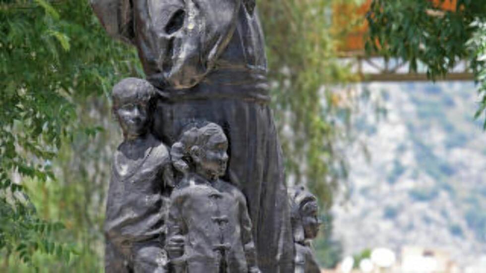 NISSEFAR: Utenfor ruinene av St. Nicholas-katedralen i tyrkiske Demre står denne svært julenissepregede statuen av erkebiskop Nicholas, omgitt av forventningsfulle smårollinger. Foto: EIVIND PEDERSEN
