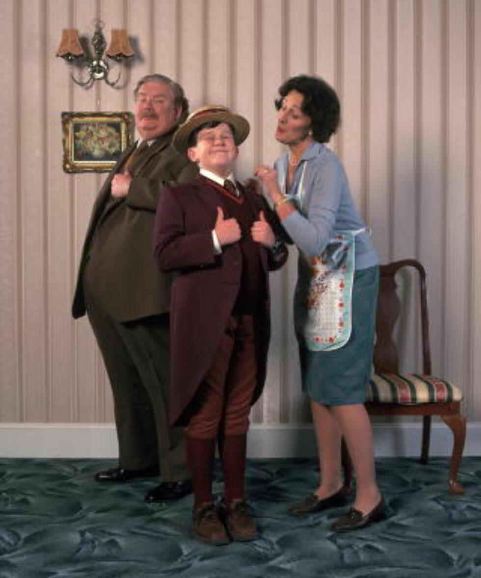 FAMILIEN I FILMEN: Fra venstre: Onkel Victor (Richard Griffiths, RIP), Dudleif (Harry Melling) og Tante Petunia (Fiona Shaw).
