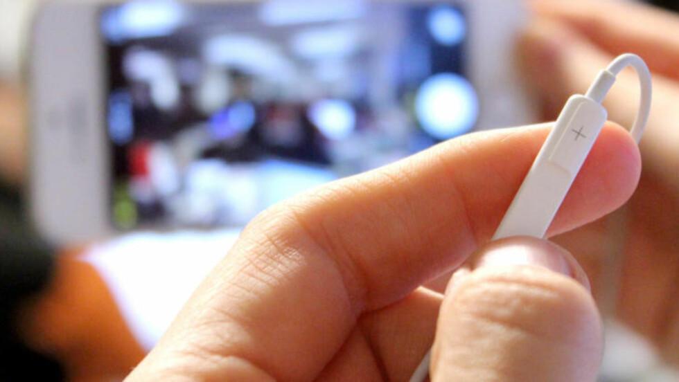 FJERNUTLØSER: Med øreproppene koblet til iPhonen, trenger du ikke engang å være nær telefonen når du skal ta bilder. Foto: OLE PETTER BAUGERØD STOKKE