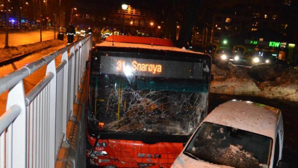 EN DREPT: En mann i 30-årene fra Afghanistan døde etter å ha blitt kjørt ned av bussen som løp løpsk ved Carl Berners plass søndag 15. desember. Politiet har ikke funnet noe galt med bussen. Foto: Fredrik Hove