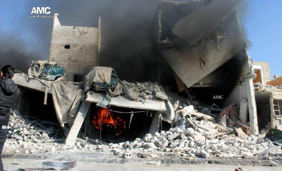 BOMBET: En bygning helt ødelagt etter dagens luftangrep i Aleppo. Foto: AMC / AP / NTB Scanpix