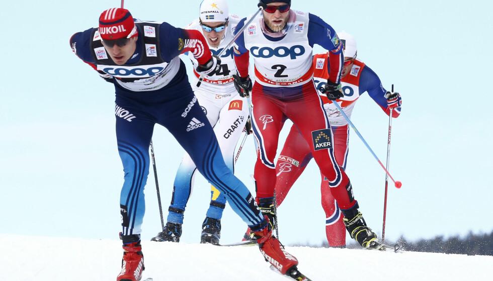DOPINGLØPER FØRST: Jevgenij Belov drar på Martin Johnsrud Sundby, Calle Halfvarsson og Petter Nortug under Tour de Ski. Nå er russeren utestengt på livstid fra OL, men får fortsatt konkurrere på ski ifølge FIS. Det speiler juridisk rot i skisporten. FOTO: Heiko Junge / NTB scanpix