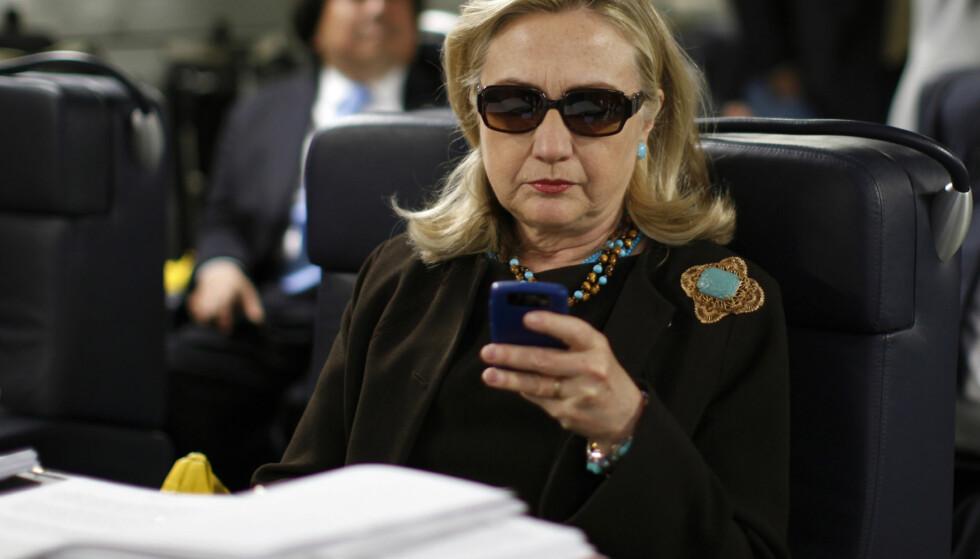 BRUKTE BLACKBERRY: Hillary Clinton har forklart at en av grunnene til at hun fikk satt opp en privat e-postserver da hun var utenriksminister var at hun da kunne lese e-poster på Blackberry-telefonen sin. Dette bildet er fra oktober 2011. Foto: Kevin Lamarque / AP / NTB scanpix