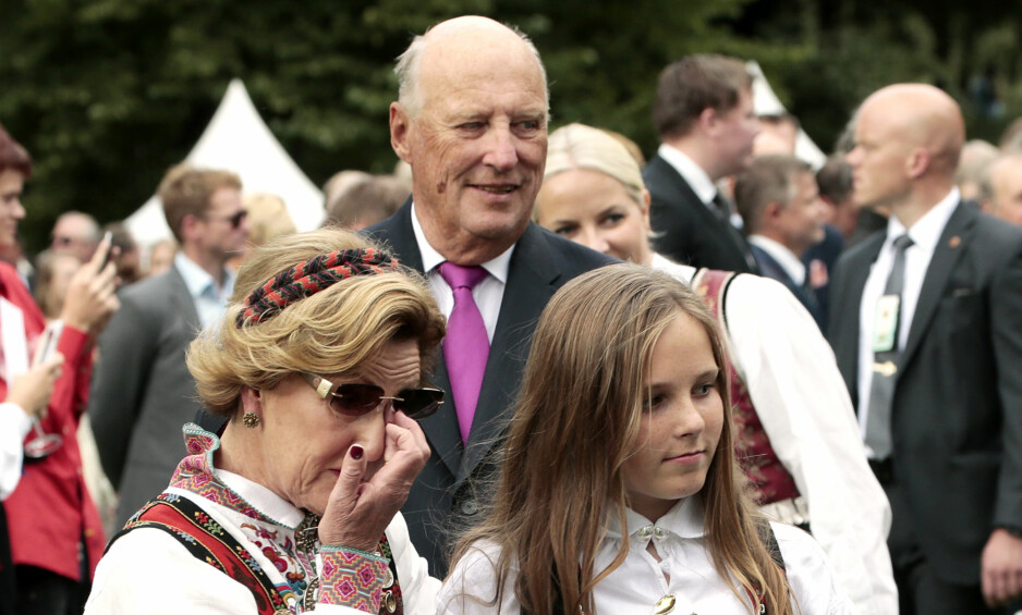 EN INKLUDERENDE KONGE: Her er Kong Harald sammen med prinsesse Ingrid Alexandra og dronning Sonja på hageselskap i Dronningparken. Foto: Lise Åserud / NTB scanpix